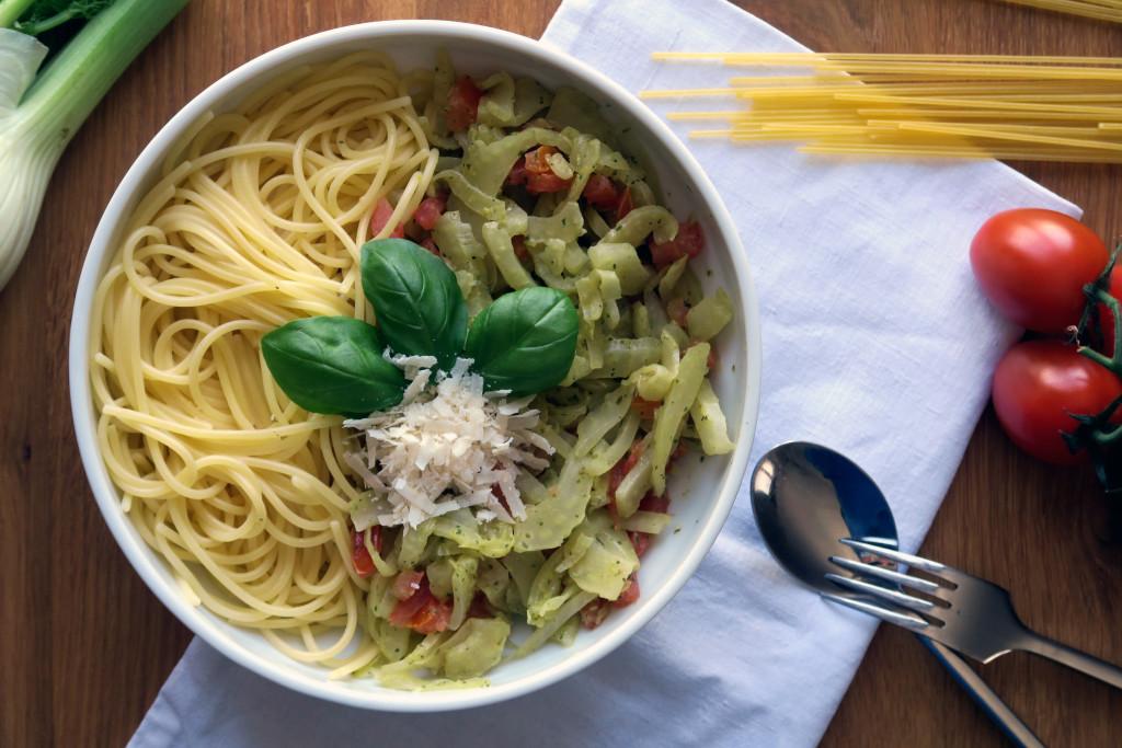 Spaghetti mit Fenchel-Tomate-Basilikum ist eine ausgezeichnete Mahlzeit!