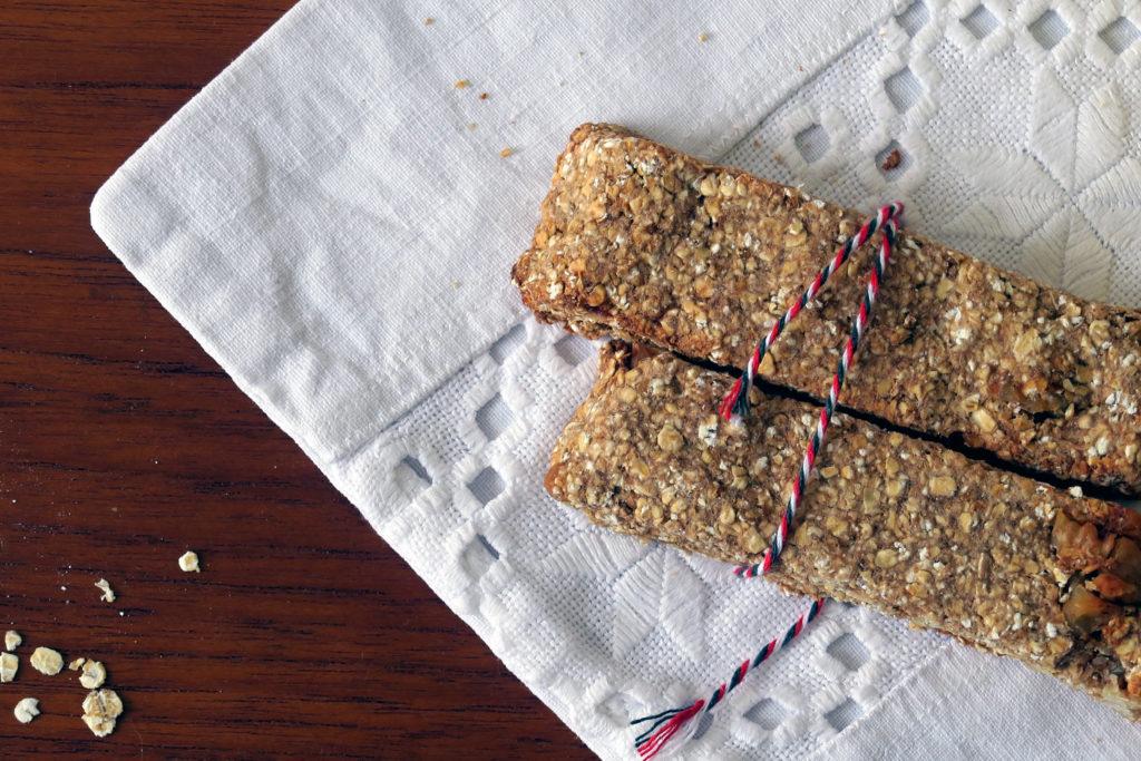 Der Haferriegel ist ein guter Snack für zwischendurch und kommt ganz ohne Zuckerzusatz aus.