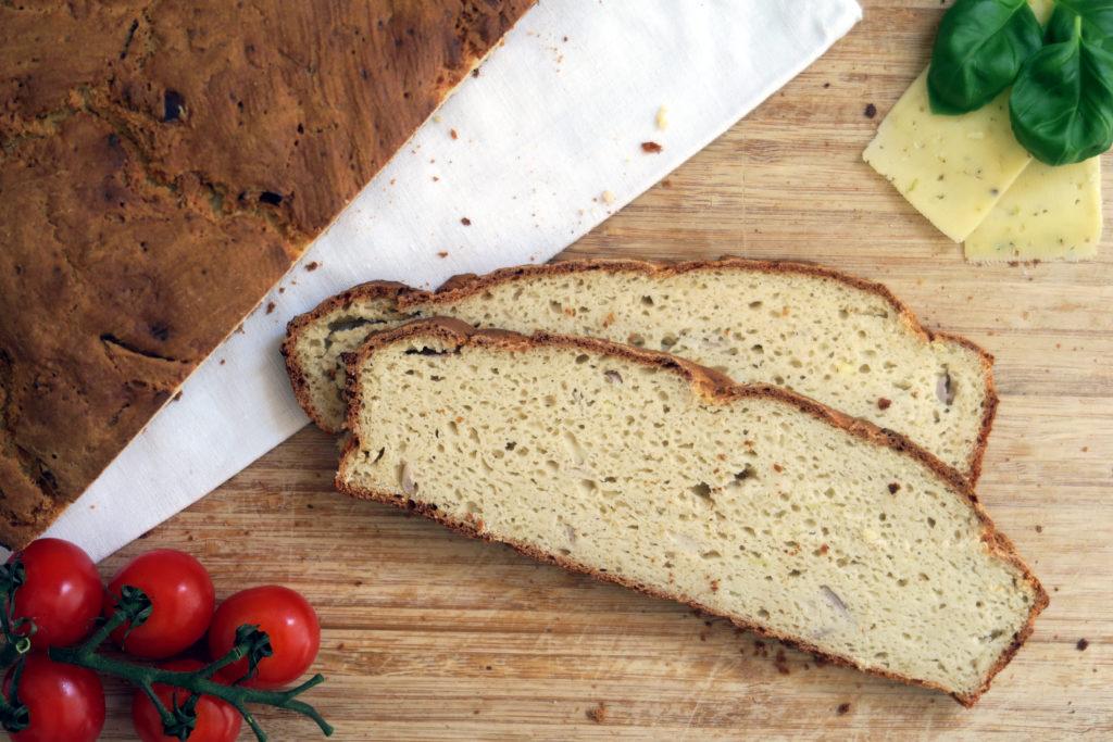 Mjam, das ZwiebelSchafskäse-Brot schmeckt pur fast noch besser als herzhaft belegt.