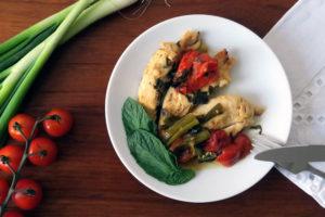 So ein besoffenes Hühnchen schmeckt alleine gut genug. Wer aber noch ein paar Kohlenhydrathe zulegen mag, kann sich Backofenkartoffeln oder Brot dazu backen.