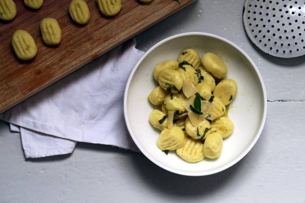 Diese kleinen italienischen Knödelchen würde ich gerne öfter machen. Wären die Gnocchis nur nicht so aufwändig. Naja, egal, lang lebe der Gnocchi!