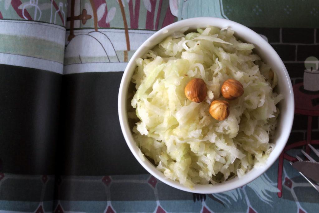 Kohlrabi hat gerade Saison - Grund genug daraus einen leckeren Salat zu zaubern. Der Kohlrabi-Apfel-Salat ist schnell zubereitet, super saftig und schwer lecker. :-)