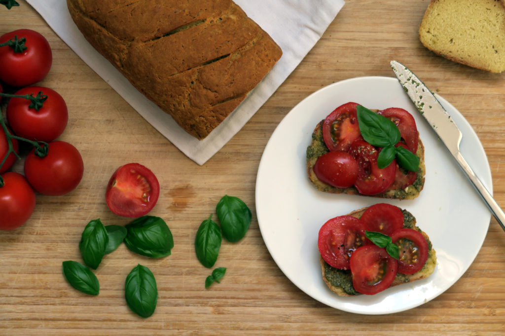 Sojabrot muss wie jedes andere glutenfreie Brot ordentlich auskühlen, ehe man es das erste Mal anschneiden kann.