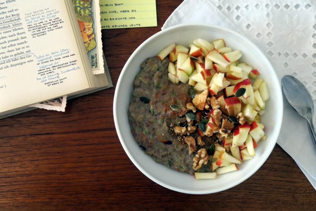 Glutenfreier Buchweizen-Porridge mit Möhre und Zucchini kann man schnell und einfach selber zubereiten. ;-)