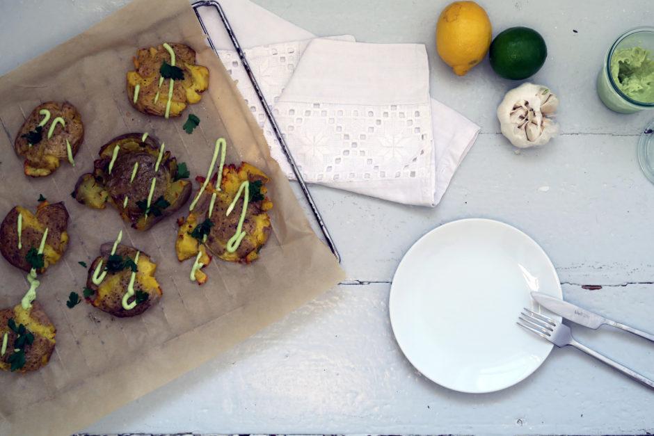 knusprige Kartoffeln mit Avocado-Mayo