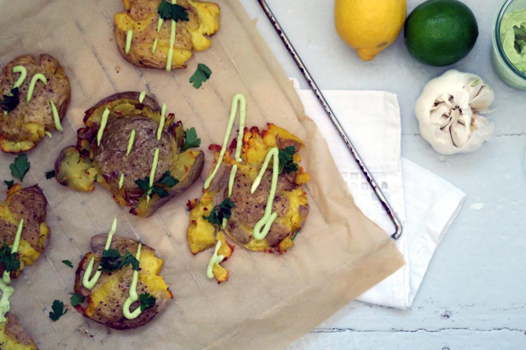 Die knusprigen Kartoffeln mit Avocado-Mayo habe ich mir heute sicher nicht zum letzten Mal gemacht. Morgen gleich nochmal. :-)