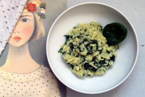 Risotto mit Spinat und Gorgonzola ist das ideale Abendessen für eine größere Gruppe von lieben Menschen, die ihr satt und glüklich machen wollt.