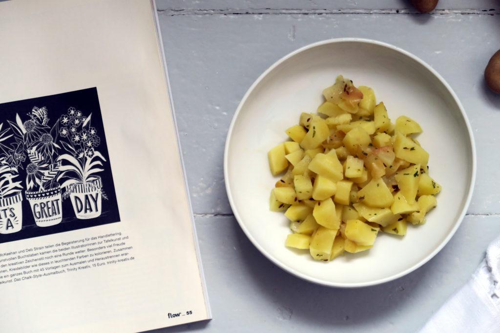 Die im ofenfesten Topf geschmorten Kartoffeln eignen sich nicht nur als Schonkost, sondern geben auch eine feine Beilage für ein zartes Stück Rinderfilet ab.