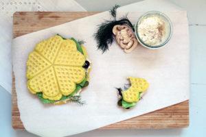 frisch ausgebackene glutenfreie Maiswaffeln mit Oregano