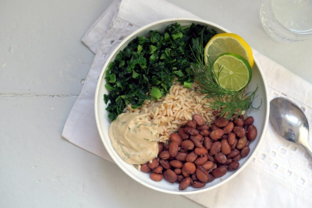 Vegan, glutenfrei, gesund - die Reis-Bowl mit Grünkohl, Bohnen und Limetten-Dill-Tahini ist ein wenig aufwändiger in der Zubereitung, schmeckt aber auch ein wenig besser als das Standard-Mittagessen.