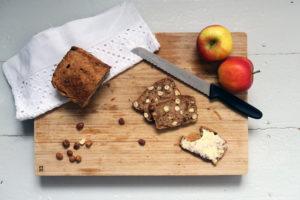 Das Apfel-Haselnuss-Brot ist einfach zuzubereiten. Glutenfrei, gesund.