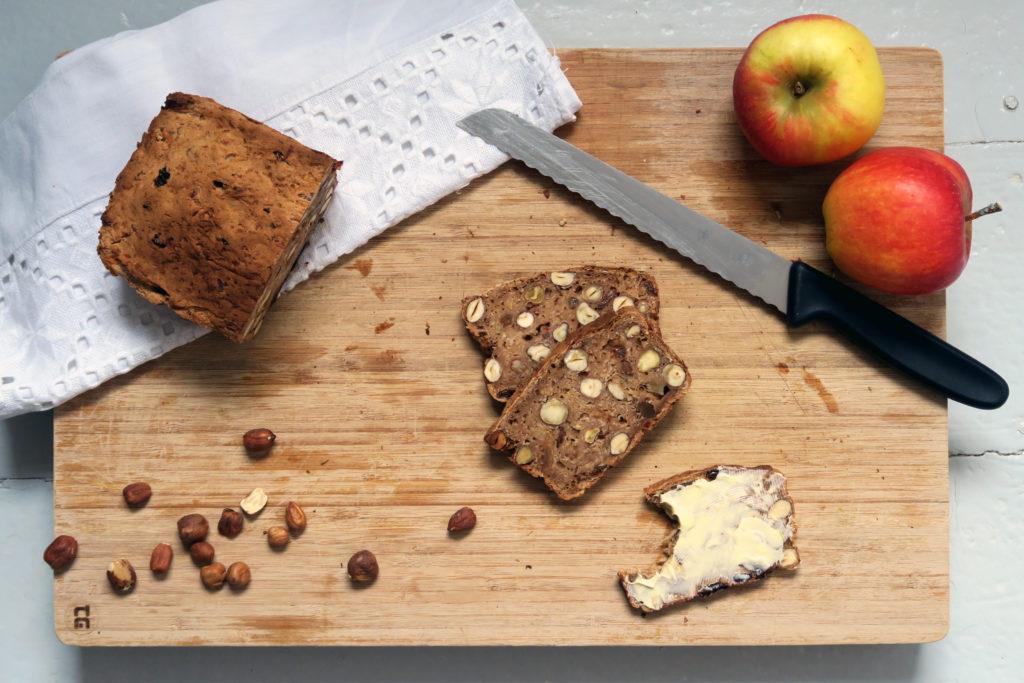 Ob zum Frühstück, zum Kaffee oder als Snack zwischendurch - das glutenfreie Apfel-Haselnuss-Brot ist eine gesunde, ballaststoffreiche und leckere Alternative.