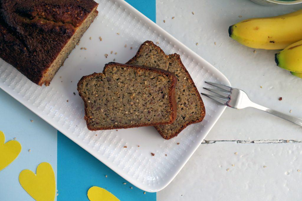 Unter uns Freunde: Das ist das dritte Bananen-Sesam-Brot, das ich gebacken habe. Aber erst jetzt war es mir möglich es nicht komplett angeknabbert abzulichten. Hehe.