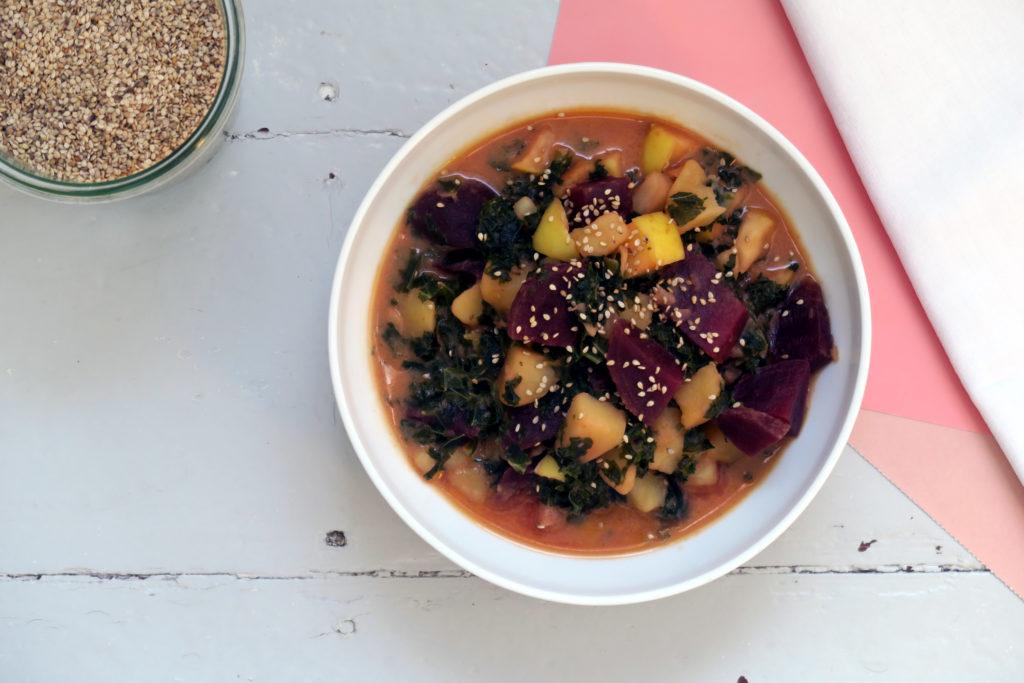 Etwas aufwändiger in der Zubereitung, aber durchaus lohnenswert! Das glutenfreie und vegane Grünkohl-Kartoffel-Curry mit Roter Bete hat mir gestern den Sonntag versüßt!
