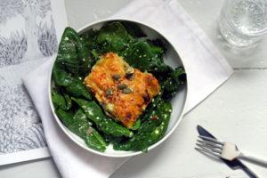 Das Salbei-Kartoffel-Gratin auf Spinatsalat macht euch winterfest: Du hast die Ballaststoffe und Vitamine im Salat, Kohlenhydrate und Fette im Gratin und dürftest damit gut durch den Winter kommen. Hehe.