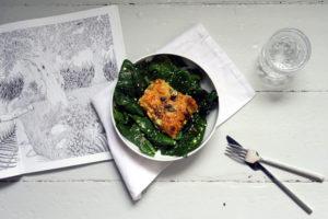 glutenfreies SalbeiKartoffel-Gratin auf Spinatsalat