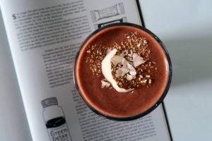 Wer morgens oder nachmittags eine Portion Energie ohne große Reue zu sich nehmen mag, dem sei dieser wirklich leckere Kakao-Banane-Smoothie empfohlen. Ballaststoffe, Kohlenhydrate und gute Laune. Vegan und glutenfrei.