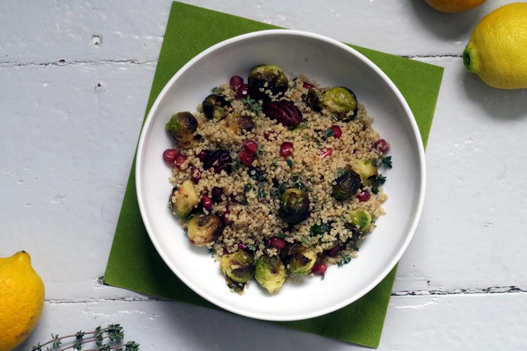 Yummy! Ihr wollt eine ganze Meute satt machen? Dann probiert einmal diesen leckeren Quinoa-Rosenkohl-Salat aus. Wie immer: glutenfrei!