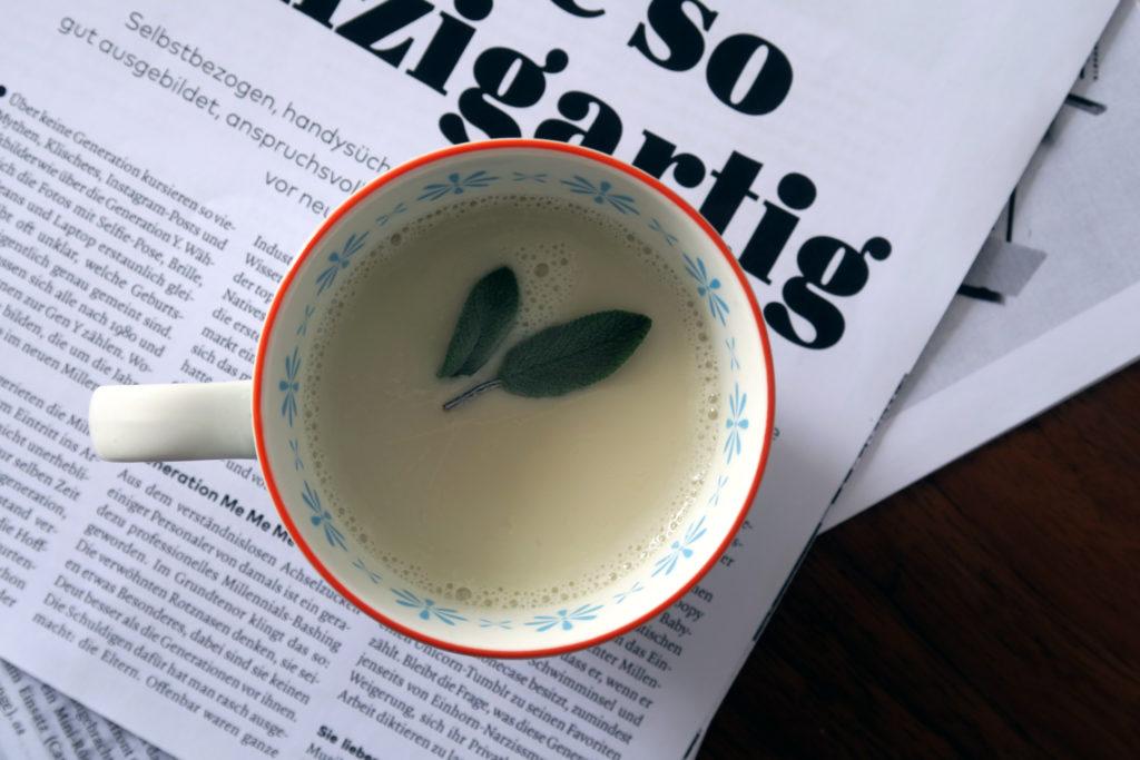 Glutenfrei, vegan, gesund: Die Salbei-Milch hilft euch bei Halsschmerzen lecker und schnell beschwerdefrei zu werden.