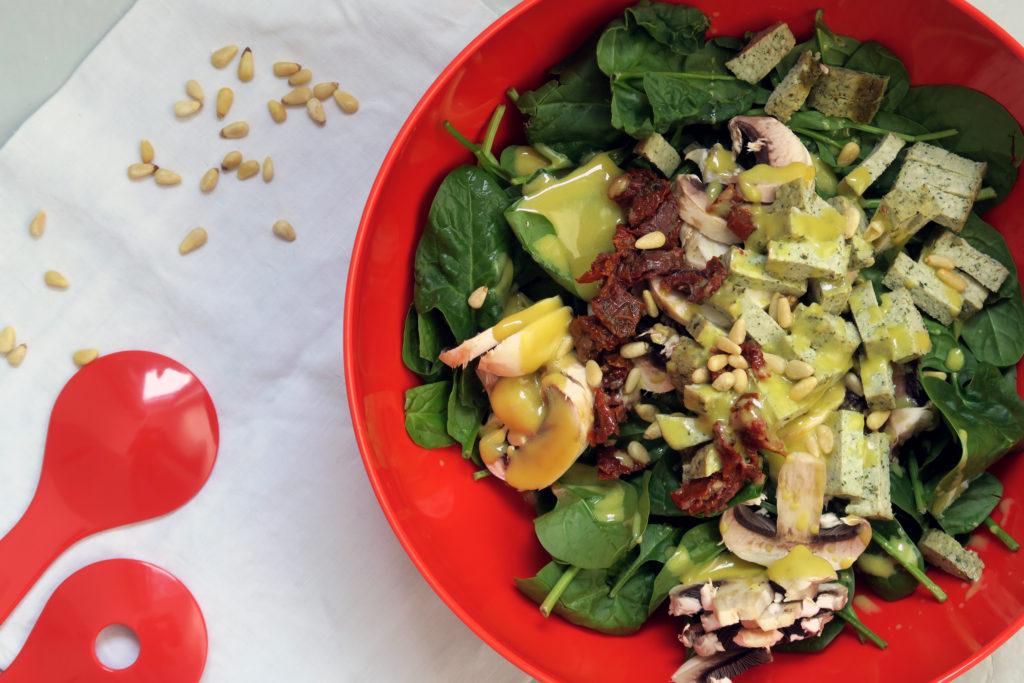 Wer für sich alleine oder auch für mehrere einen leckeren Salat schnell zubereiten mag, der kann im März, April und Mai saisongerecht diesen veganen und glutenfreien Spinatsalat mit Tofustreifen zubereiten.
