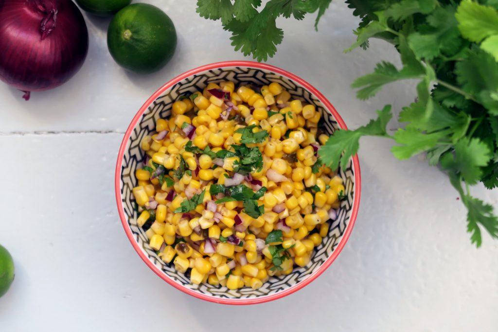 Das ist die wohl am schnellsten zuzubereitende Salsa, die ihr je gesehen habt. Probiert sie aus, die leckere Mais-Salsa. Ideal für Salate, das Grillbuffet oder zu Backofenkartoffeln. Mjam.
