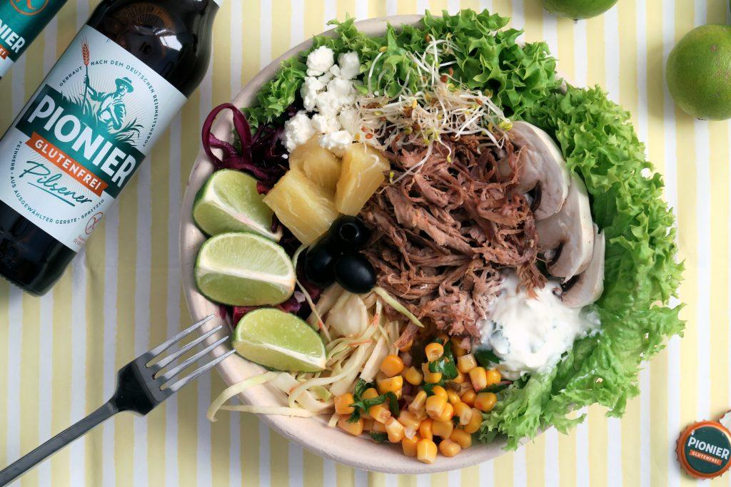 Resteessen am Tag danach: Eine Salad Bowl mit glutenfreiem Pulled Pork und Bier von Pionier war noch übrig. Yummy!