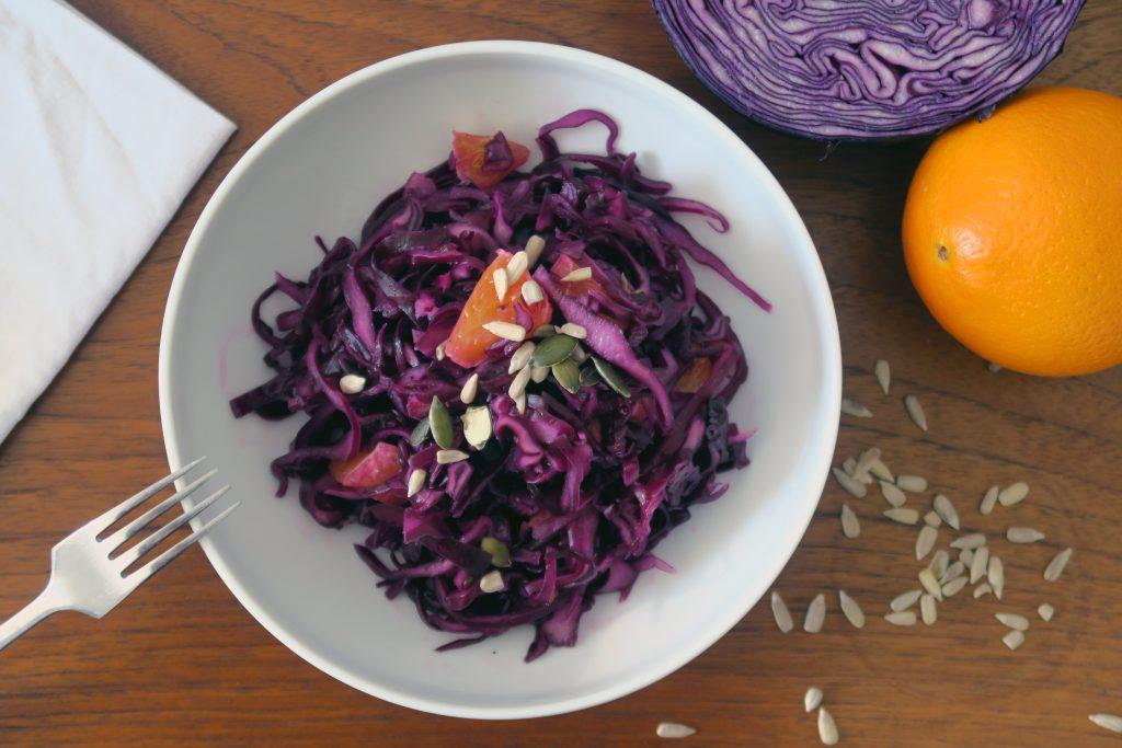 Ich futter diesen glutenfreien Rotkohl-Orangen-Salat super gerne. Egal ob solo oder zu einem guten Stück Fleisch. Wobei... letzteres mag ich bald komplett weglassen.
