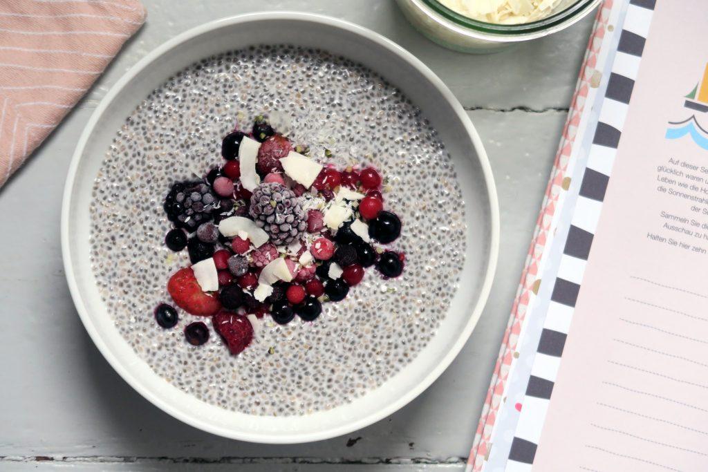 Auch wenn ich eher ein Fan von Porridge bin, dieser glutenfreie und vegane Chiapudding mit Beeren darf gerne öfters bei mir auf dem Tisch stehen. Lecker!