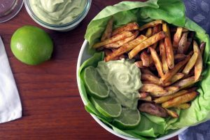 Klein und knackig, glutenfrei und vegan, mega und lecker - die Pommes mit cremigen Avocado-Dip.