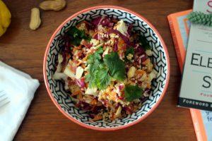 Glutenfrei. Vegan. Gesund. Dieser Quinoa-Salat mit Erdnuss-Dressing ist echt mal was anderes zum Abendessen. Yummy!