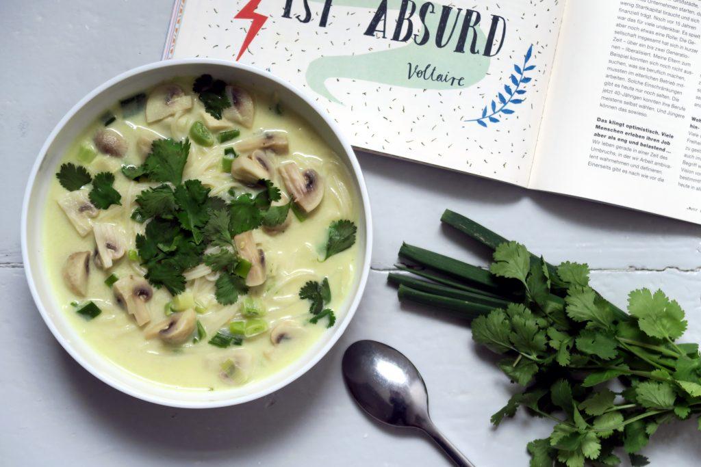 Sommer und Suppe? Immer gerne, wenn es diese Reisnudelsuppe mit Frühlingszwiebeln und Champignons gibt. Vegan. Glutenfrei. Lecker.