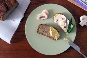 Lange habe ich kein so leckeres glutenfreies und veganes Brot mehr gegessen. Das Zucchini-Brot ist außen knackg und innen super saftig.