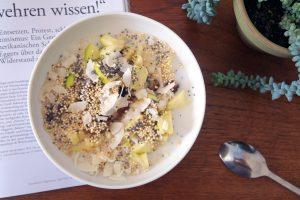 Lust auf ein leckeres und gesundes Frühstück? Probiert die ratz-fatz zuzubereitende Frühstücks-Bowl mit Apfel, Quinoa und Chia-Samen aus. Zur Zeit mein Favorit!