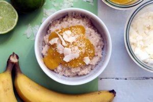 Der vegane und glutenfreie Kokos-Milchreis mit Mango-Mus schmeckt nach Sommer - und nach mehr. Hehe.