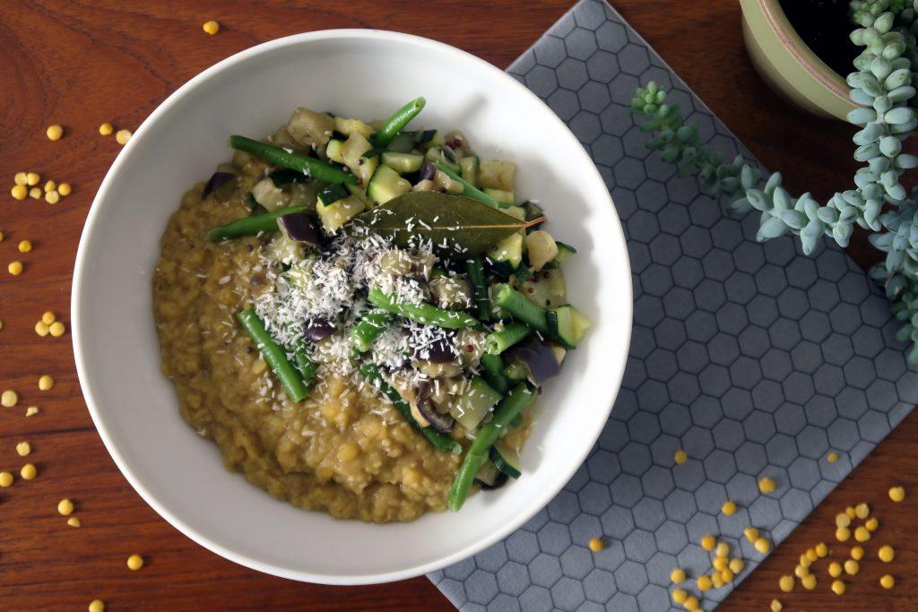 Wer mag es lecker und gesund? Dieses glutenfreie und vegane Linsen-Dal mit Gemüse ist eine schöne Abwechslung auf dem Esstisch.
