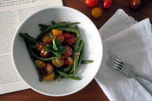 Jaaaa, morgens frisch geerntet, abends auf dem Teller. Die Buschbohnenpfanne ist ein knackiges Gemüsewunder. Glutenfrei und vegan.