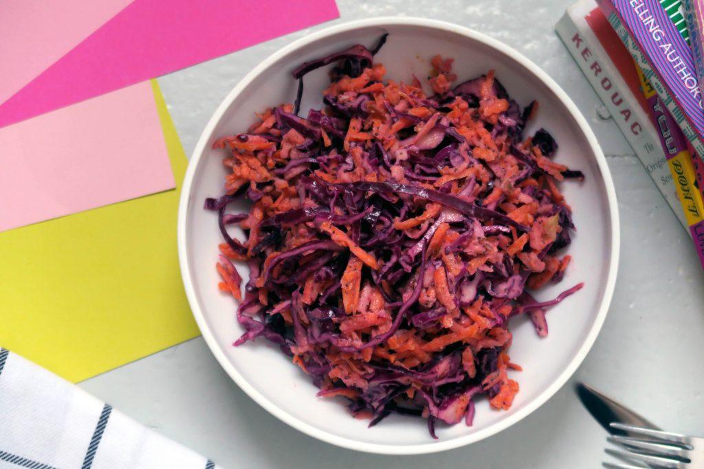 Jung und knackig kommt diese Vitaminbombe daher: Der vegane und glutenfreie Rotkohlsalat mit Joghurt-Mohn-Dressing passt ideal in die Herbstsaison.