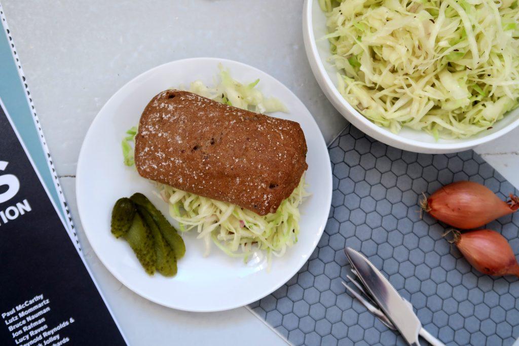 Im Winter hat Weißkohl Saison. Weshalb dann nicht einmal einen Krautsalat frisch anrichten? Vegan und glutenfrei versteht sich. :-)