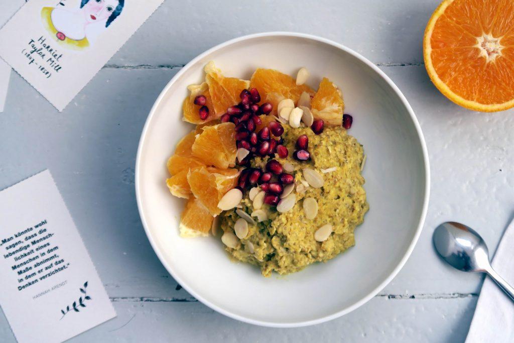 Wer sich am Morgen etwas Gesundes gönnen mag, dem lege ich dieses leckere, glutenfreie und vegane Kurkuma-Porridge ans Herz. Bei mir wird es das sicherlich die nächsten Herbstwochen öfter geben.