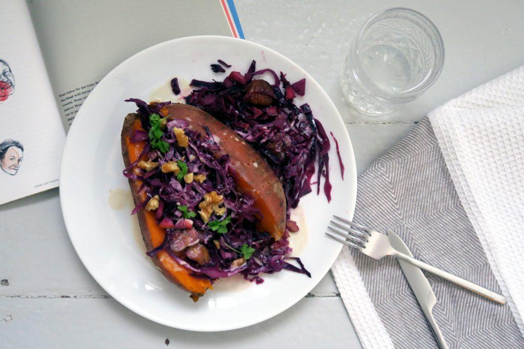 Wer hat Lust gesund pappsatt zu sein? Probiert es mit dieser leckeren, veganen und glutenfreien Rotkohl-Maronen-Pfanne auf Süßkartoffel. Yummy!