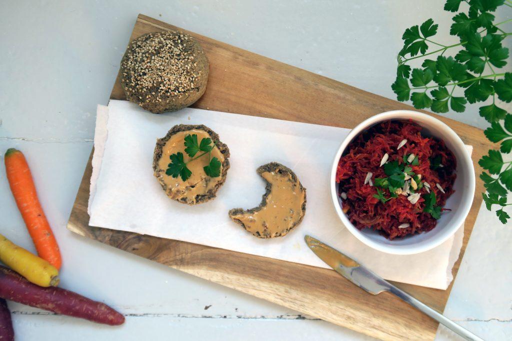 Seid ihr auf der Suche nach einem einfachen Sesambrötchen-Rezept das glutenfrei und vegan ist? Here we go!