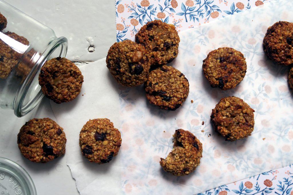 Diese vegangen und glutenfreien Cranberry-Walnuss-Hafer-Cookies sind kleine Kraftpakete und sind ideal für den kleinen Hunger Zwischendurch. Oh, und selbstverständlich sind sie auch ein feines Gebäck für einen gemütlichen Sonntag unter Freunden.