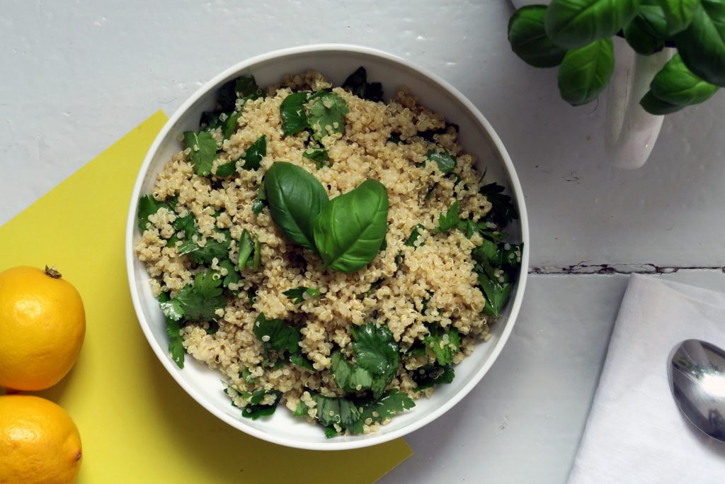 Dieser glutenfreie und vegane Quinoa-Kräuter-Salat ist eine gesunde Alternative für ein Mittagsessen. Er lässt sich obendrein schnell zubereiten und für mehrere Tage genießen.