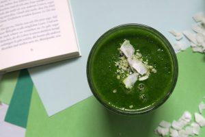 Dieser grüne Mango-Spinat-Smoothie ist schnell zubereitet und ein leckerer Teaser für ein Frühstück oder ein feiner Gaumenschmaus für unterwegs und zwischendurch. Selbstverständlich vegan und glutenfrei.