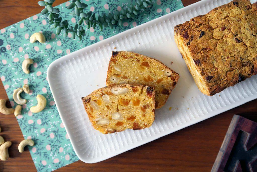 Ihr habt Lust auf ein ballaststoffreiches und leckeres Brot? Dann probiert einmal diese vegane und glutenfreie Variante des Apfel-Mango-Cashew-Brots aus. Ich mag es. Sehr!