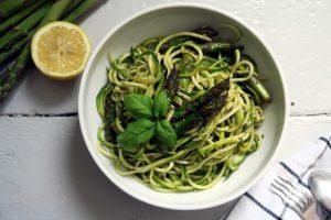 Zoodles mit grünem Spargel passen perfekt in die Saison. Vielleicht habt ihr auch Lust auf diese vegane und glutenfreie Variante?