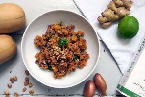 Wer von euch gerne vorkocht, sollte sich einmal an diesem Rezept probieren. Der Kürbis-Linsen-Reis-Salat mit Brokkoli ist eine wunderbare vegane und glutenfreie Mahlzeit, die euch ganz bestimmt gesund satt macht.