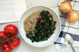 vegan und glutenfreier Buchweizen mit Spinat-Tomaten-Gemüse